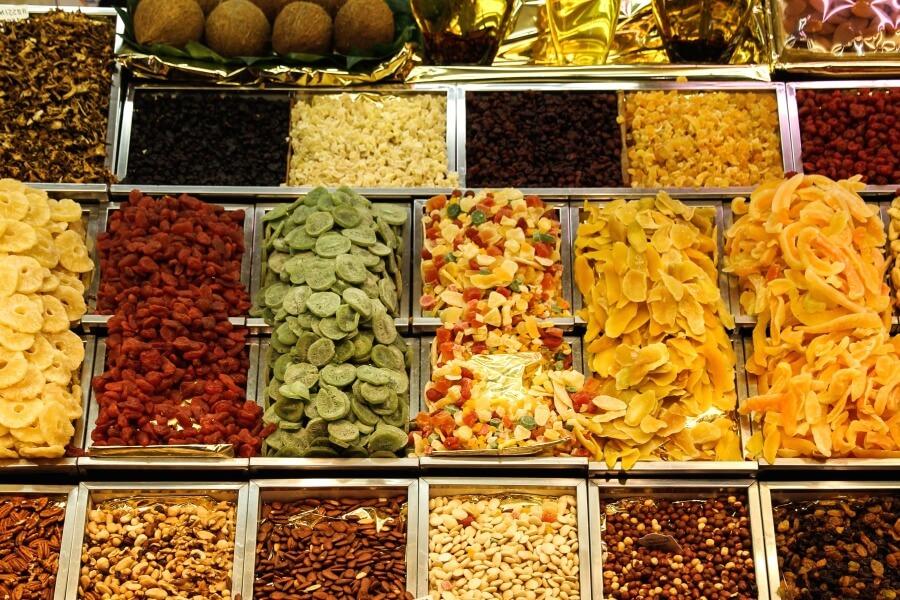 Trái cây sấy khô và hạt thanh khô không chứa đường là thực phẩm nên ăn trước khi tập Yoga