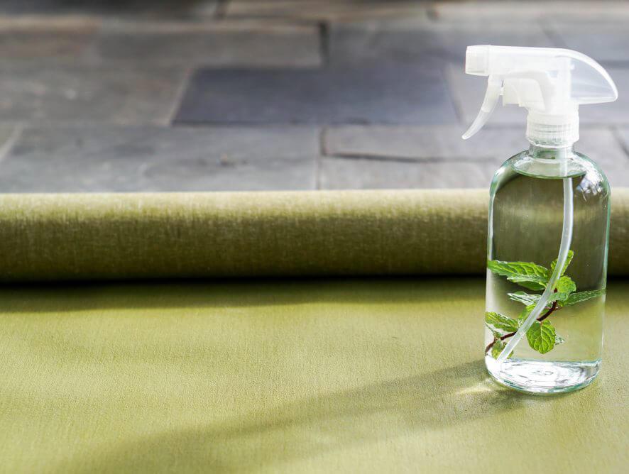 Vệ sinh thảm tập Yoga bằng cách tự làm dung dịch vệ sinh