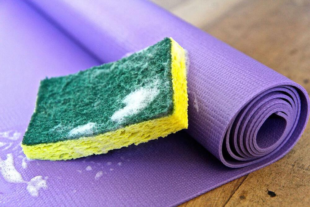 Vệ sinh thảm tập Yoga bằng xà phòng
