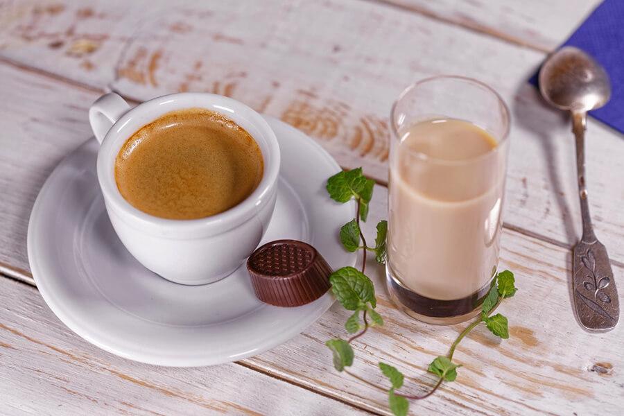 Không nên uống cafe ngay sau khi thức dậy