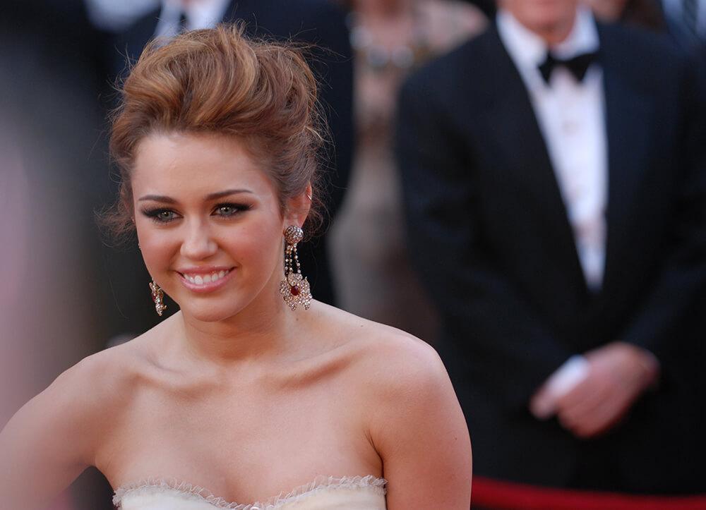 Miley Cyrus đã vượt qua căng bệnh trầm cảm nhờ Yoga