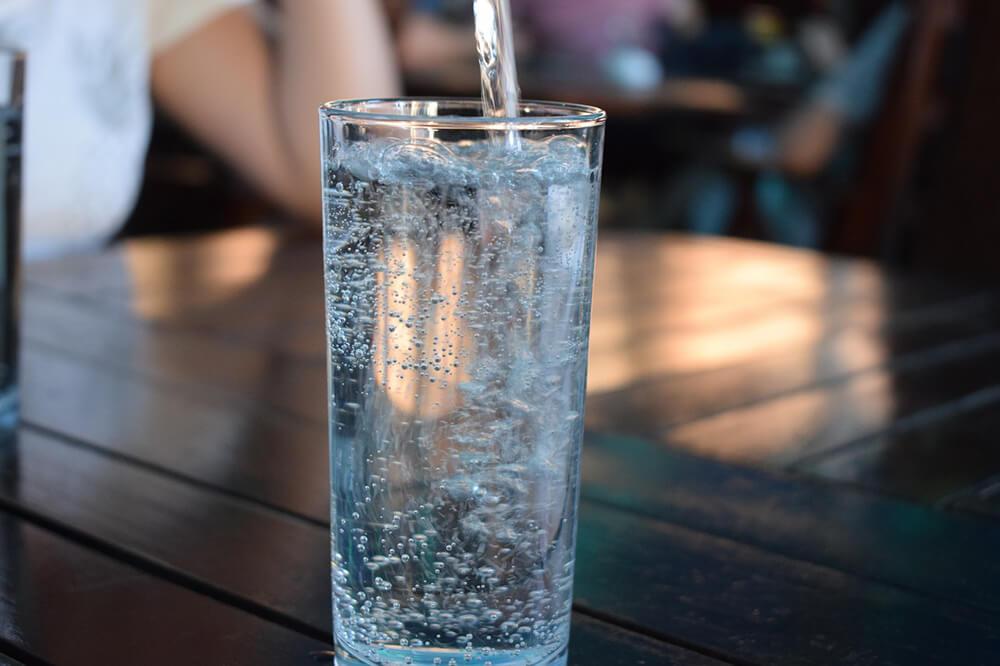 Uống nước lọc là cách chống mất nước rất hiệu quả