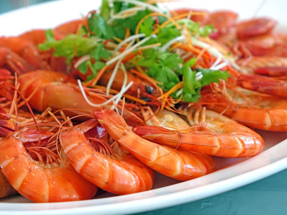 Ngoài cá mòi, cá hồi là các dạng hải sản thì tôm sẽ là lựa chọn số một trong việc bổ sung canxi