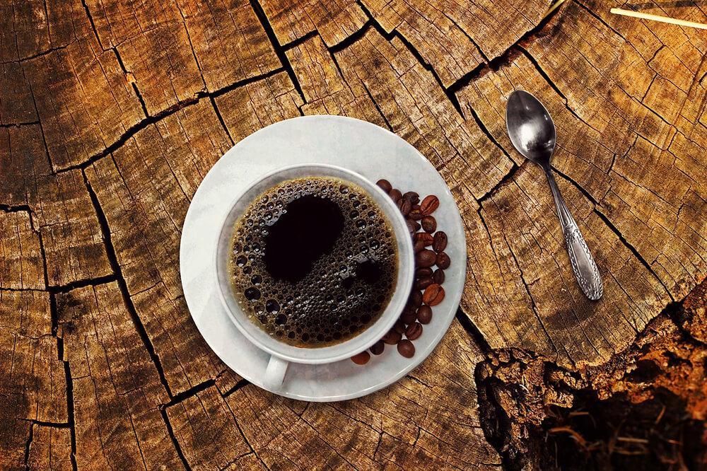 Trong cafe có một thành phần là caffeine là một chất kích thích hệ cho não nói riêng và hệ thần kinh nói chung hoạt động một cách tối ưu và tỉnh táo nhất, sảng khoái nhất