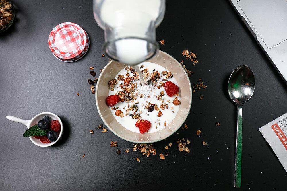 Một số thực phẩm bổ sung phổ biến là các sản phẩm sữa, nước cam, sữa đậu nành và ngũ cốc